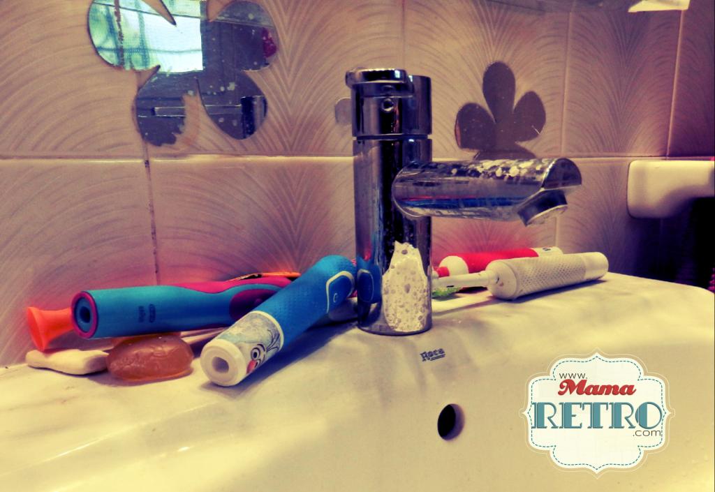 Desastre en el lavabo. Colección familiar de cepillos eléctricos antes del soporte DIY