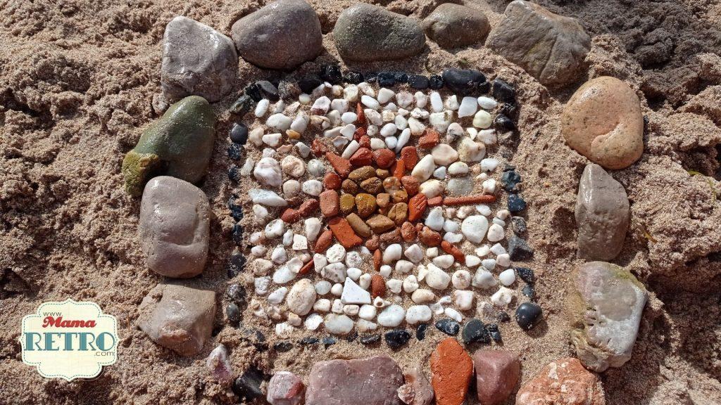 Este mosaico lo hicimos con las niñas un día en la playa